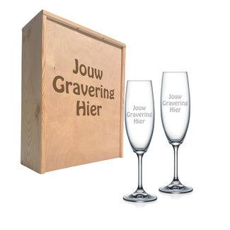 Houten kist met gegraveerde champagneglazen