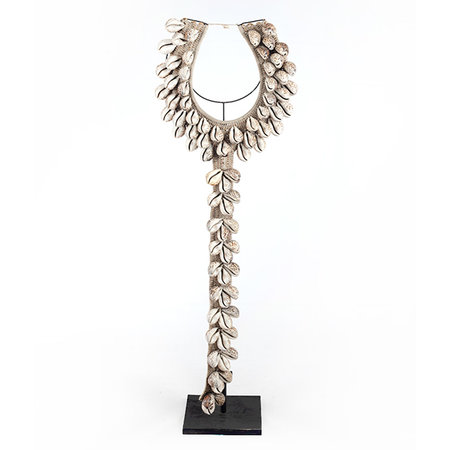 Necklace on tripod D50 H150