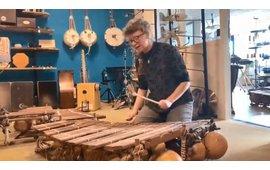 Sanne Huijbregts zingt en speelt op een balafoon