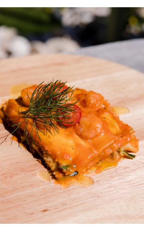 Lasagna con gamberetti, pesto, zucchini e bechamel d'astice
