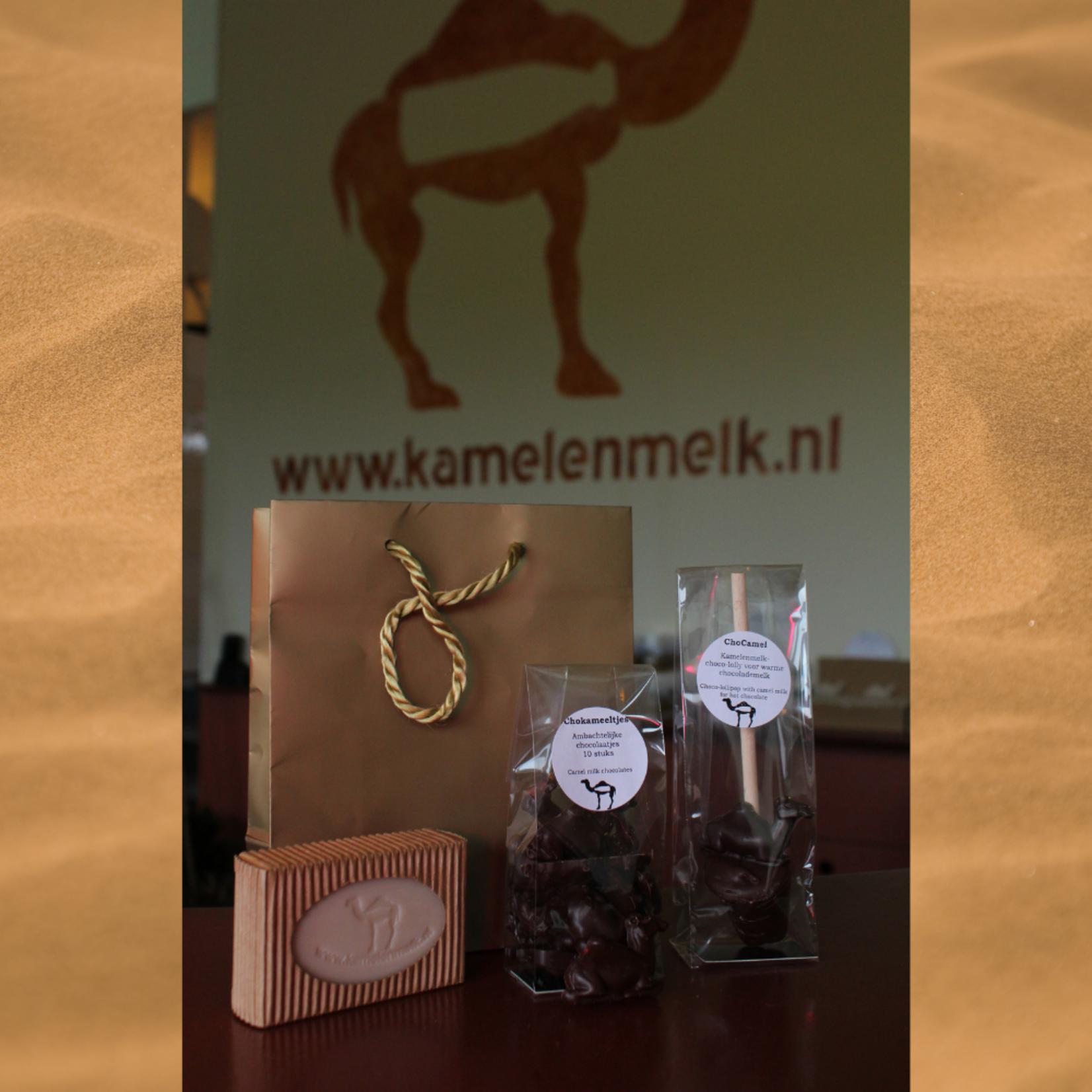 Paquet cadeau de chameau 1 avec du savon de chameau, des jambons et une sucette au chocolat