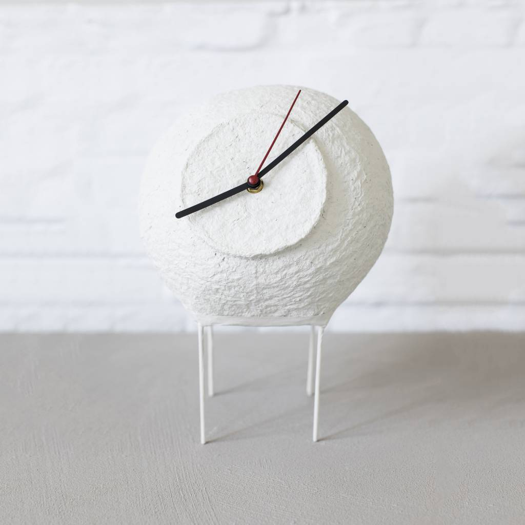 Design klok van wit papierpulp