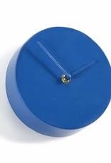 Design wandklok van blauw metaal