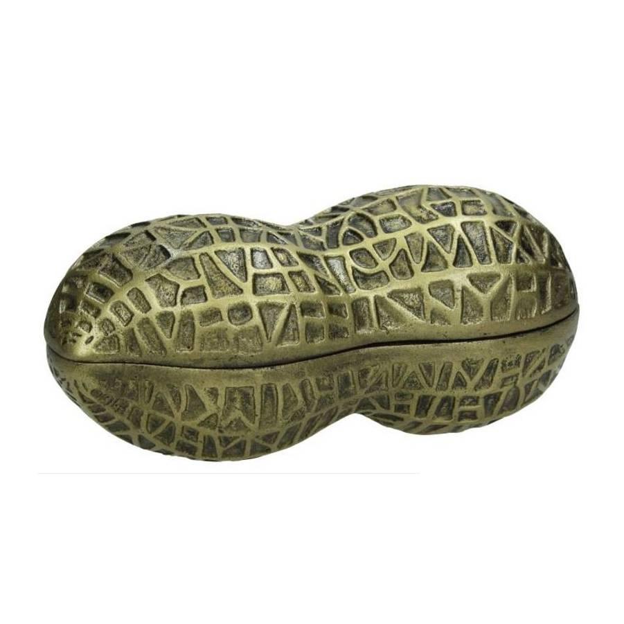 Metalen box met deksel in de vorm van een pinda