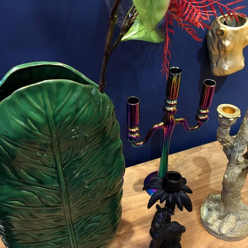 Design vaas van groen keramiek in de vorm van een blad