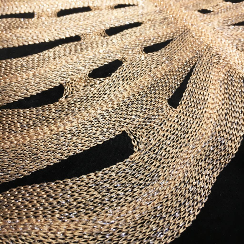 Zwart sierkussen met goud monstera blad