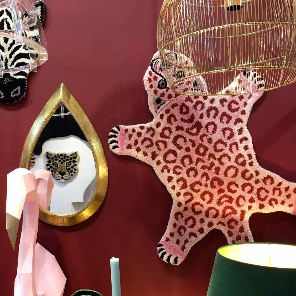 Vloerkleed in de vorm van een roze luipaard