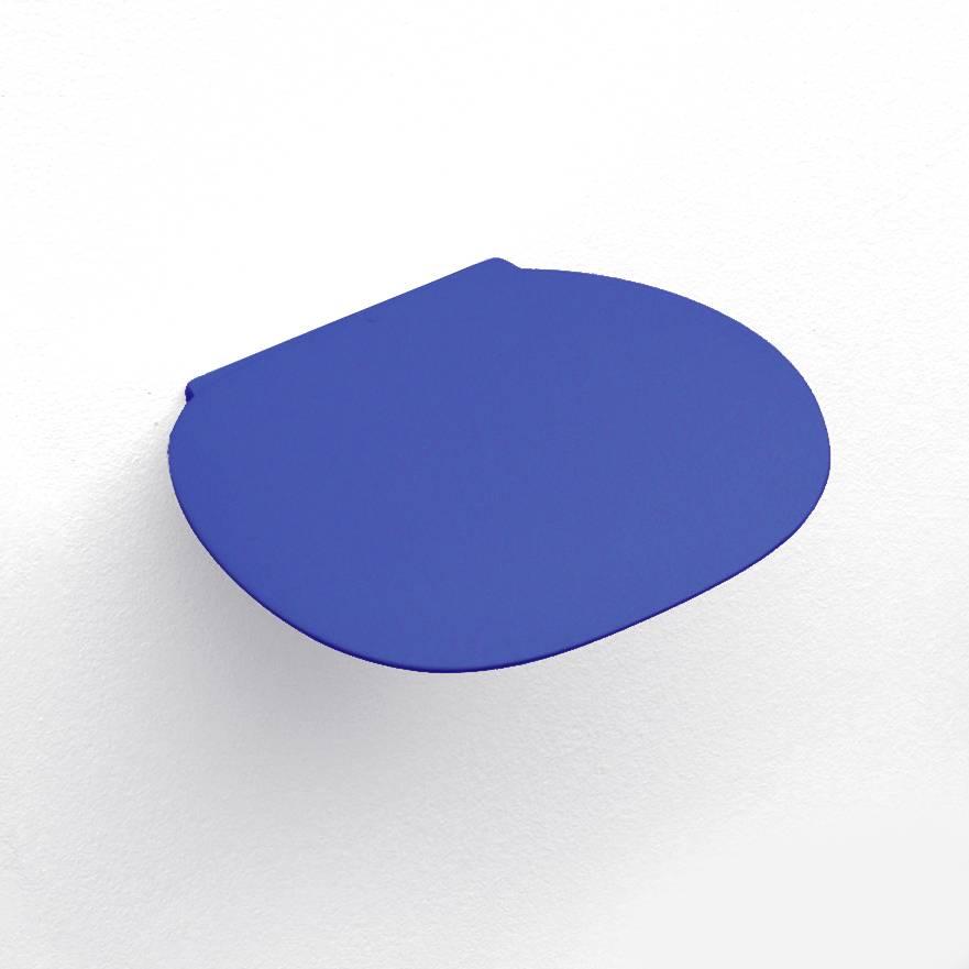 Design wandplankje van blauw keramiek.