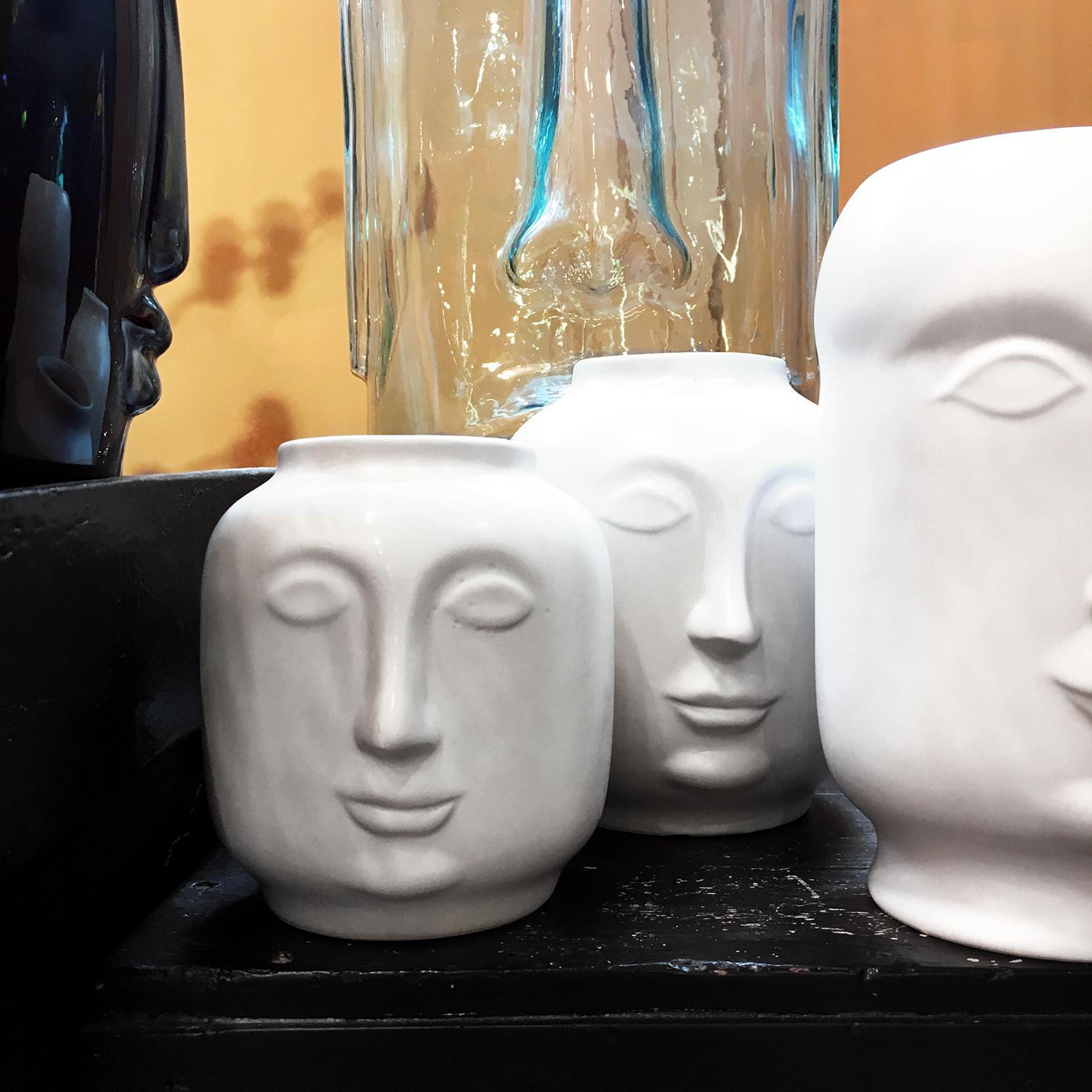 Vaas in de vorm van een hoofd van wit keramiek
