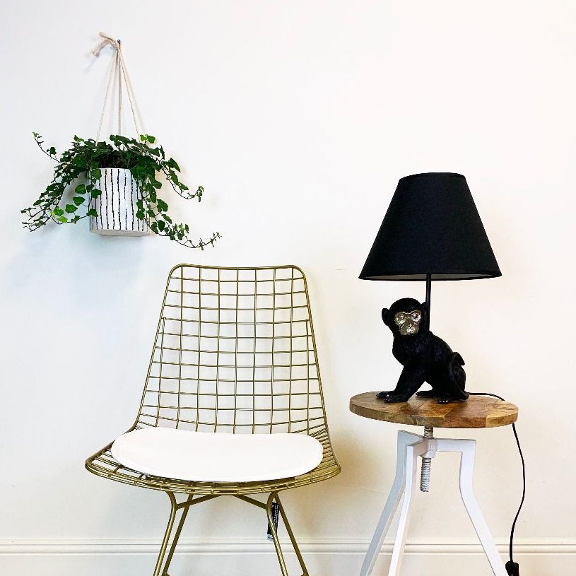 Sitting monkey table lamp with shade