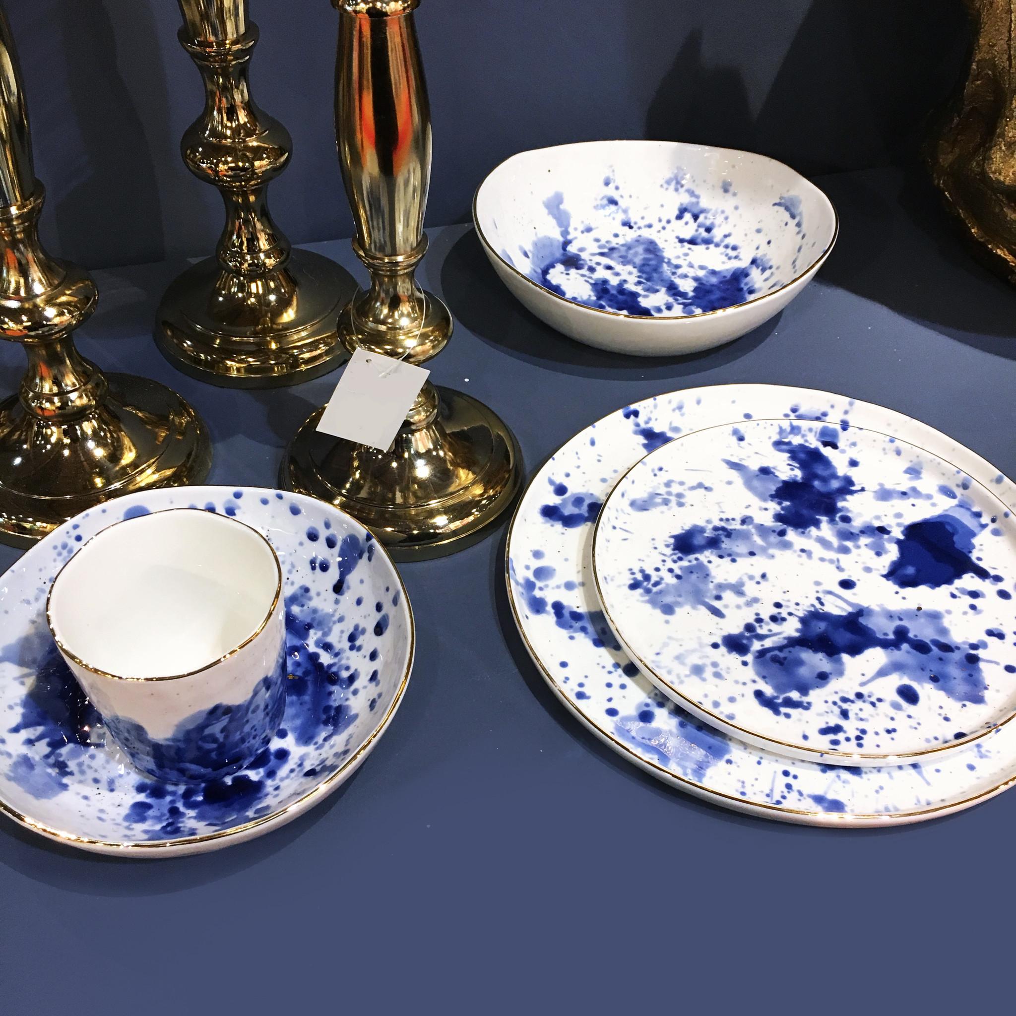 Wit bordje met blauwe inkt vlekken decoratie
