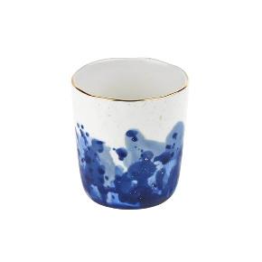 Witte beker met blauwe inkt vlekken decoratie