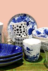 Witte kom met blauwe inkt vlekken decoratie