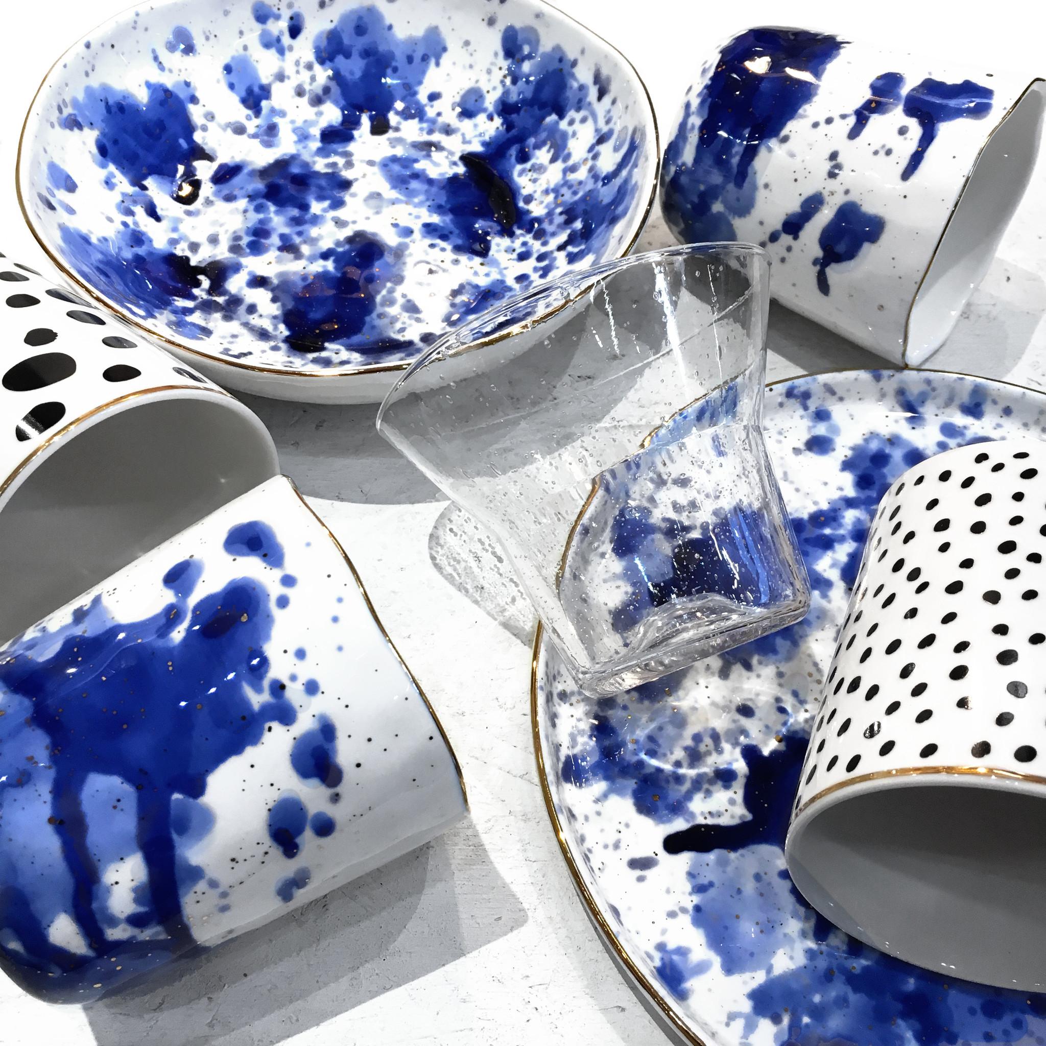 Witte soepkom met blauwe inkt vlekken decoratie