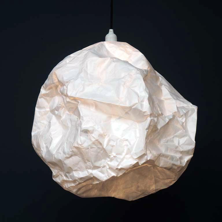 Design hanglamp van gekreukt papier