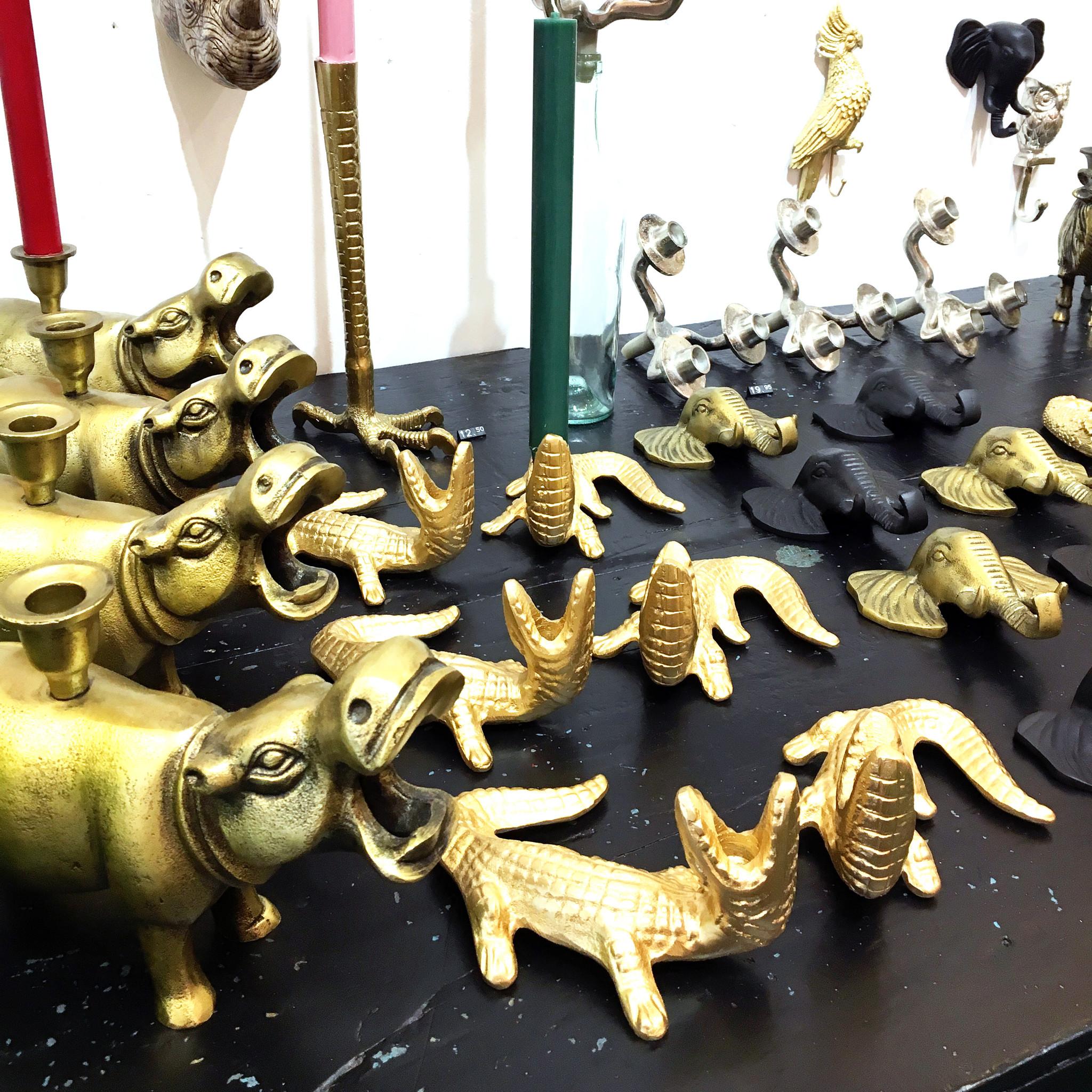 Gouden kandelaar in de vorm van een krokodil