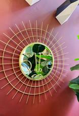 Gouden design spiegel met gezicht en zonnestralen