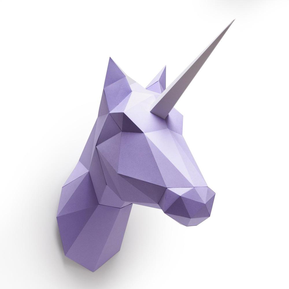 Paars papieren eenhoorn of paard voor aan de muur