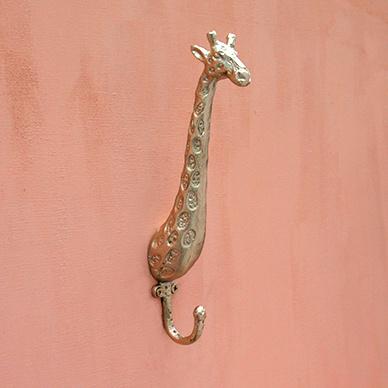 Goud haakje van Doing Goods in de vorm van een giraffe