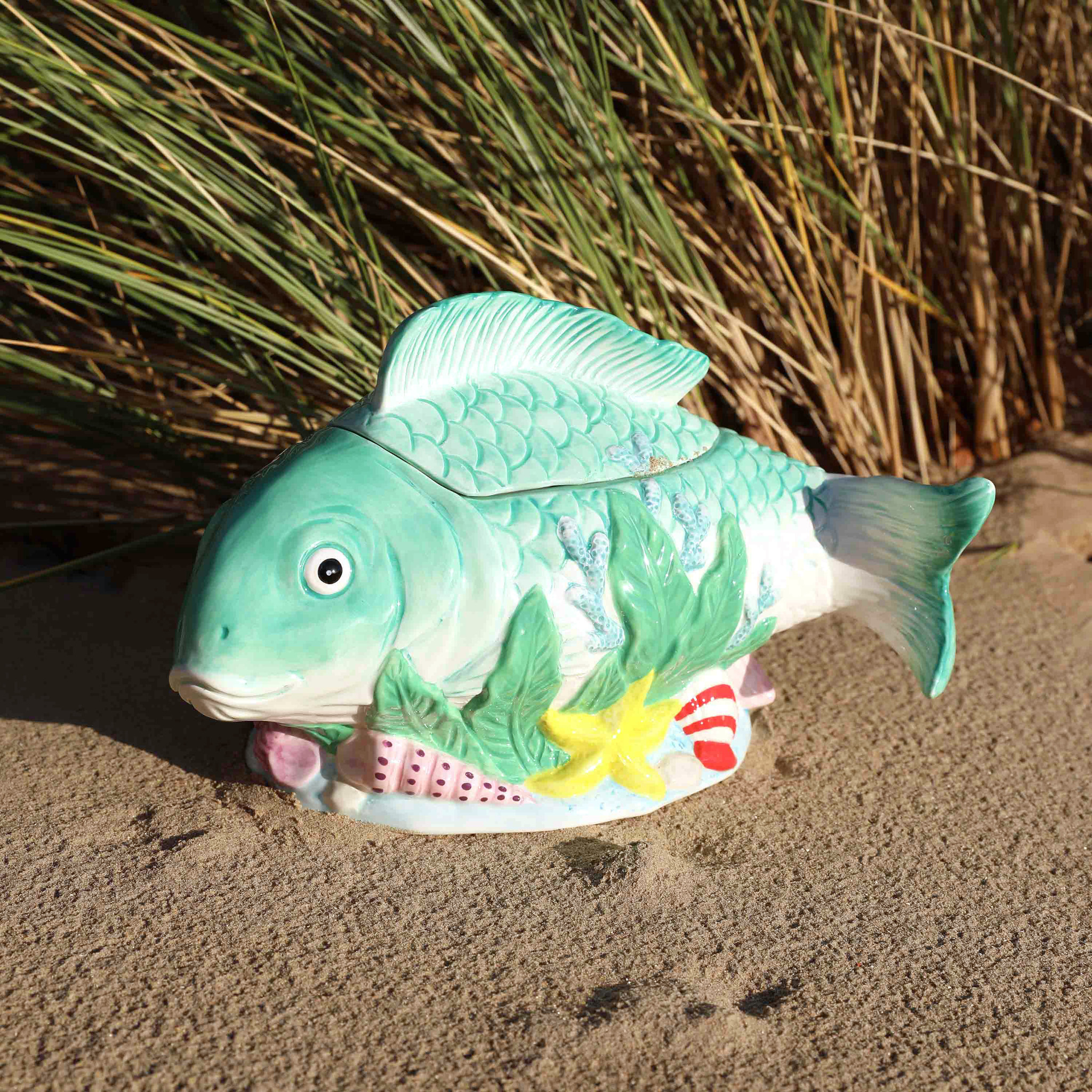 Ceramic fish container with lid