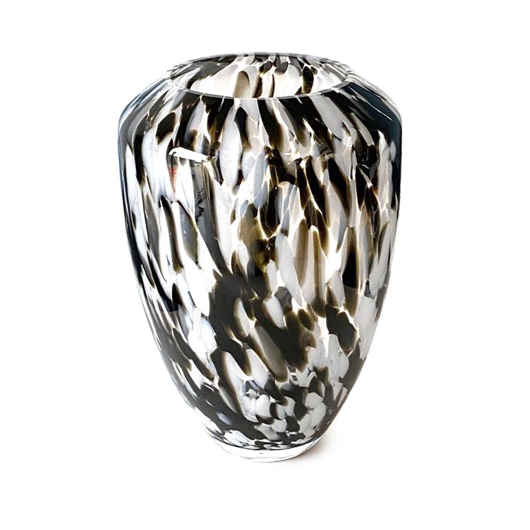 Design vaas van glas met wit en bruine vlekken