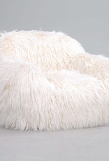 Design fauteuil van wit nep bont