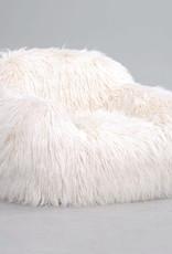 Design fauteuil van wit nepbont