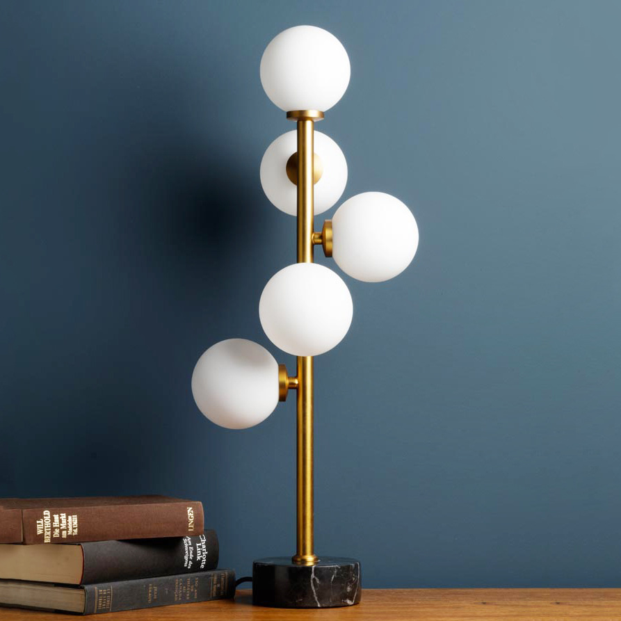 Gouden tafellamp met witte bollen