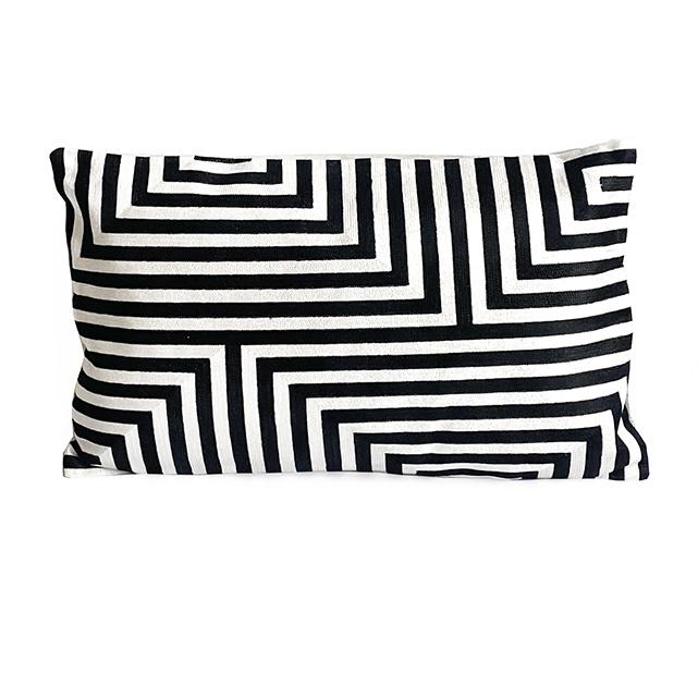 Luxe rechthoekig sierkussen met zwart-wit patroon
