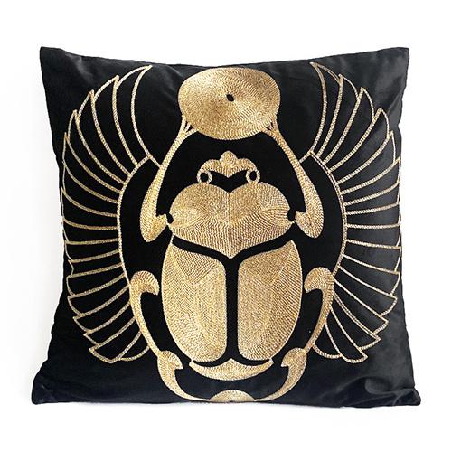 Zwart fluweel sierkussen met gouden scarabee