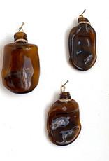 Wandvaasje van bruin glas in de vorm van een flesje