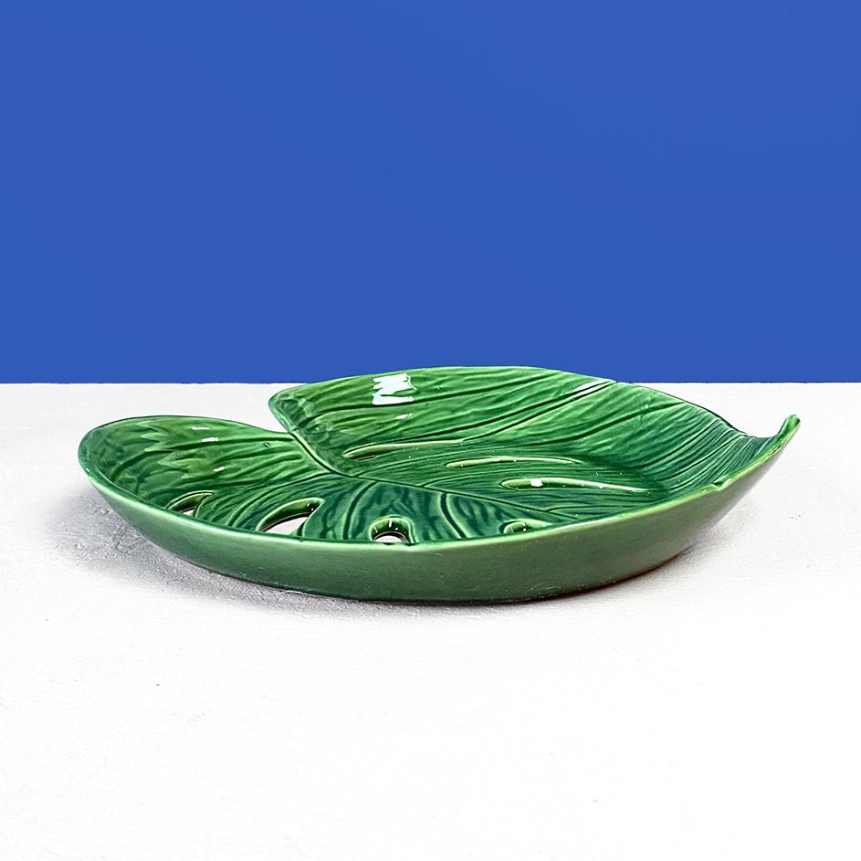 Groene schaal in de vorm van een blad