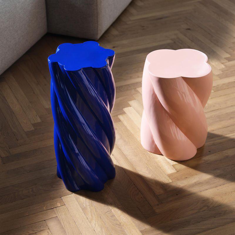 Grijze moderne design zuil in de vorm van een marshmallow snoepje