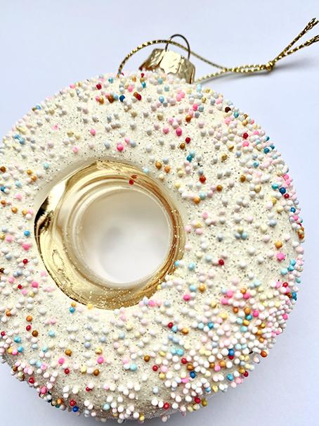 Kersthanger van glas in de vorm van een donut