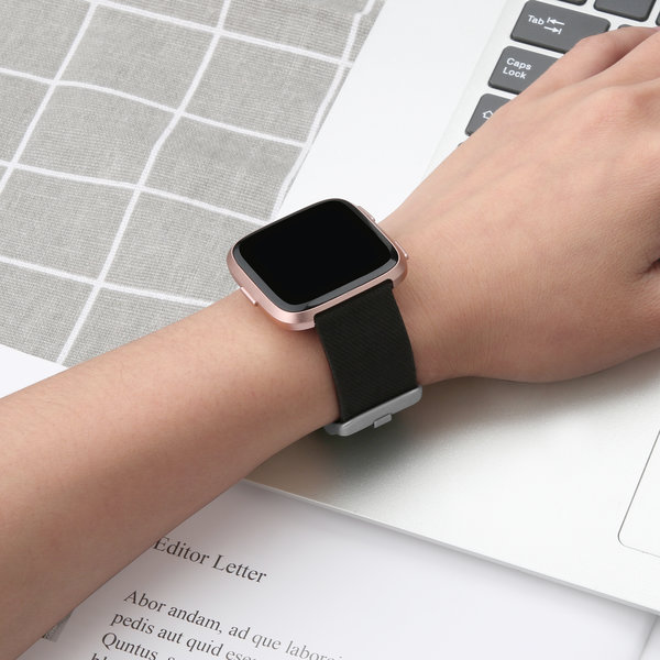 123Watches.nl Fitbit versa nylon gesp band - black
