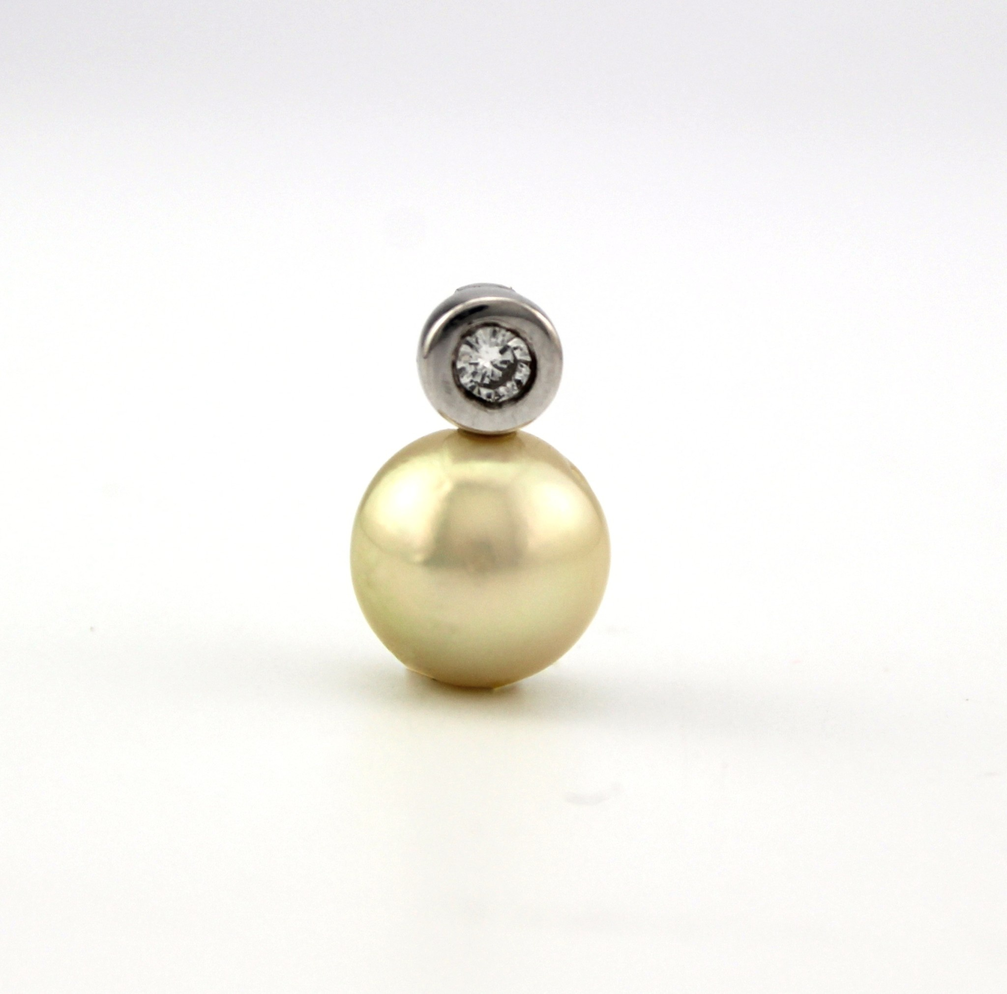 Tomylo 14 karaat witgouden hanger met Zuidzee parel en 0.11 ct. briljant geslepen diamant, SI/W.