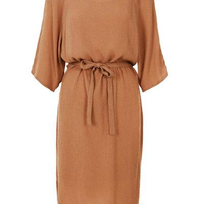 Zusss nonchalante jurk met ceintuur honing