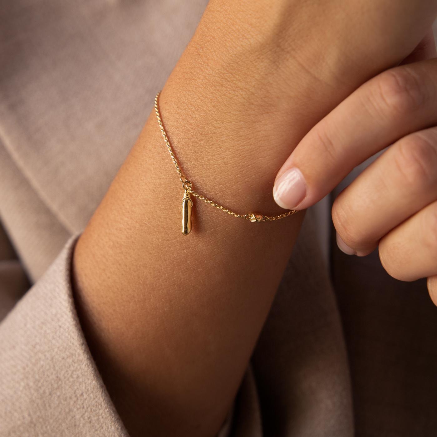 Violet Hamden Sisterhood Mona 925 Sterling Silber goldfarbenes Armband mit Stange und Stein