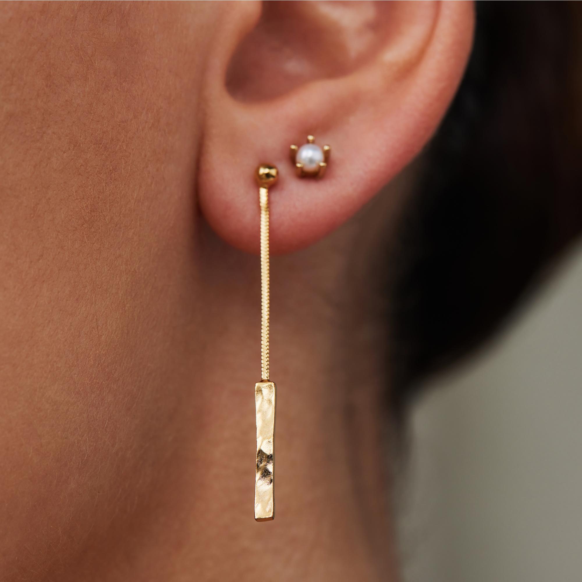 Violet Hamden Sisterhood Moonscape 925 sterling zilver goudkleurige oorhangers met staafjes