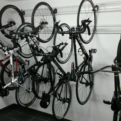De garage van een sportieve familie