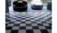 Zwart-wit garagevloer