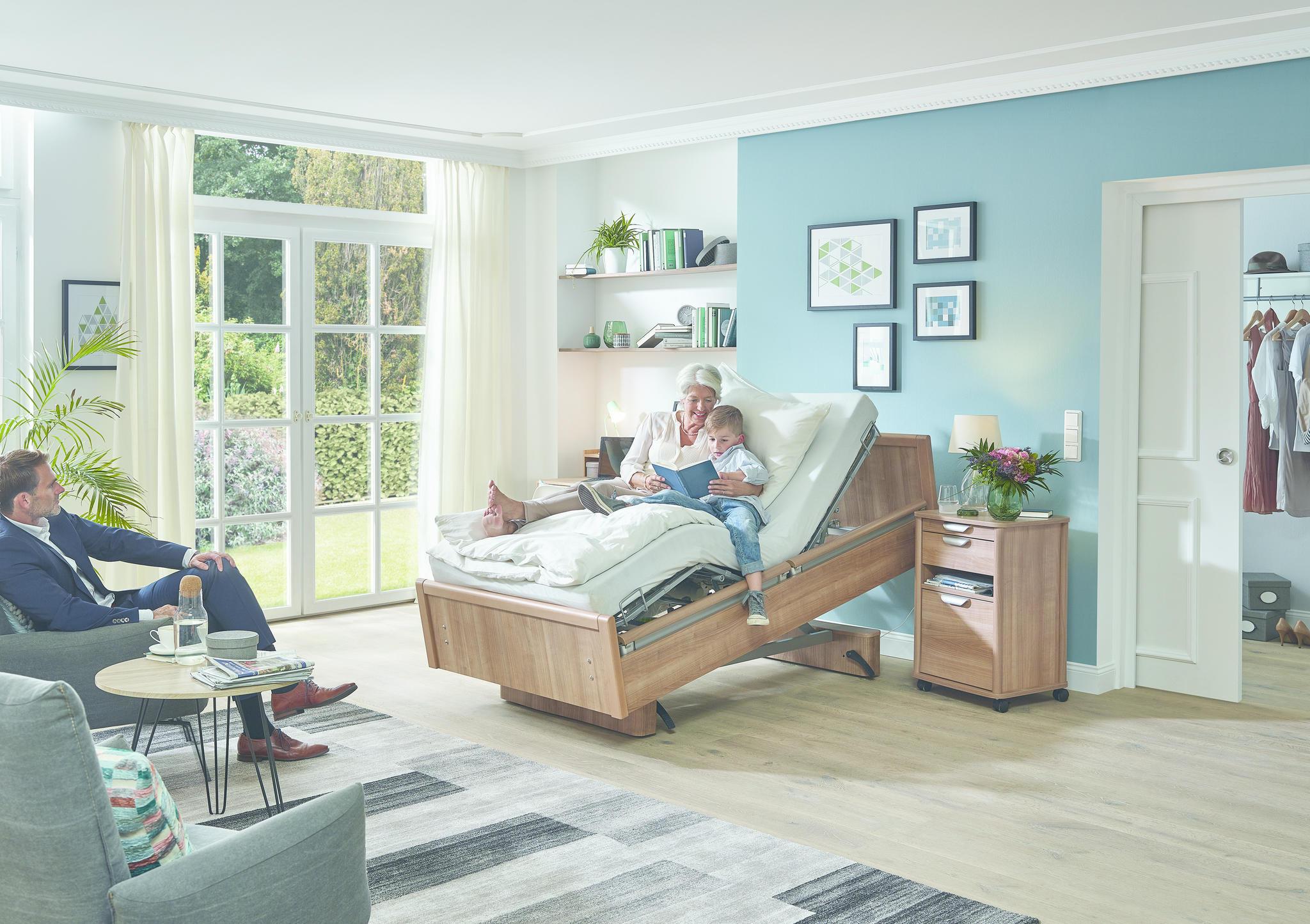Das Bild zeigt die Komfortsitzposition des Pflegebetts BonCasa