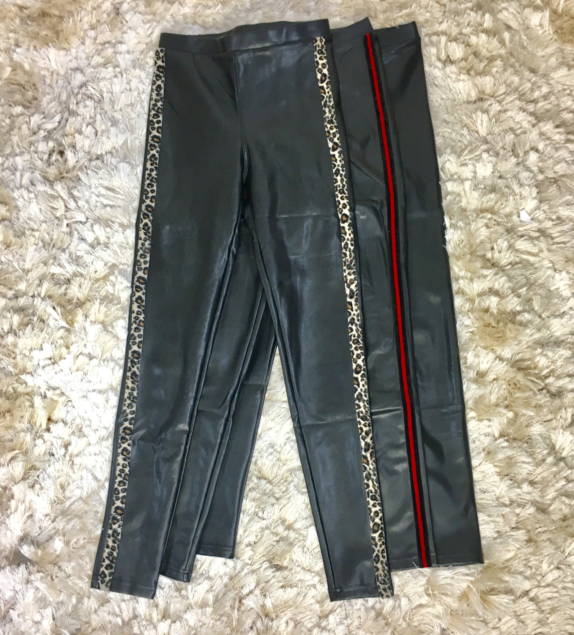 Leater look broek lecce mono zwart-rood