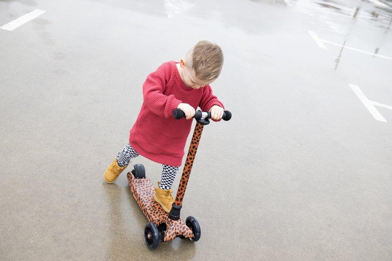 vanPauline Step Leopard / Kinderstep 3 Wielen / LED - Meisje vanaf 3 Jaar - in Hoogte Verstelbaar - met Voetrem -  Roze luipaard vlekken