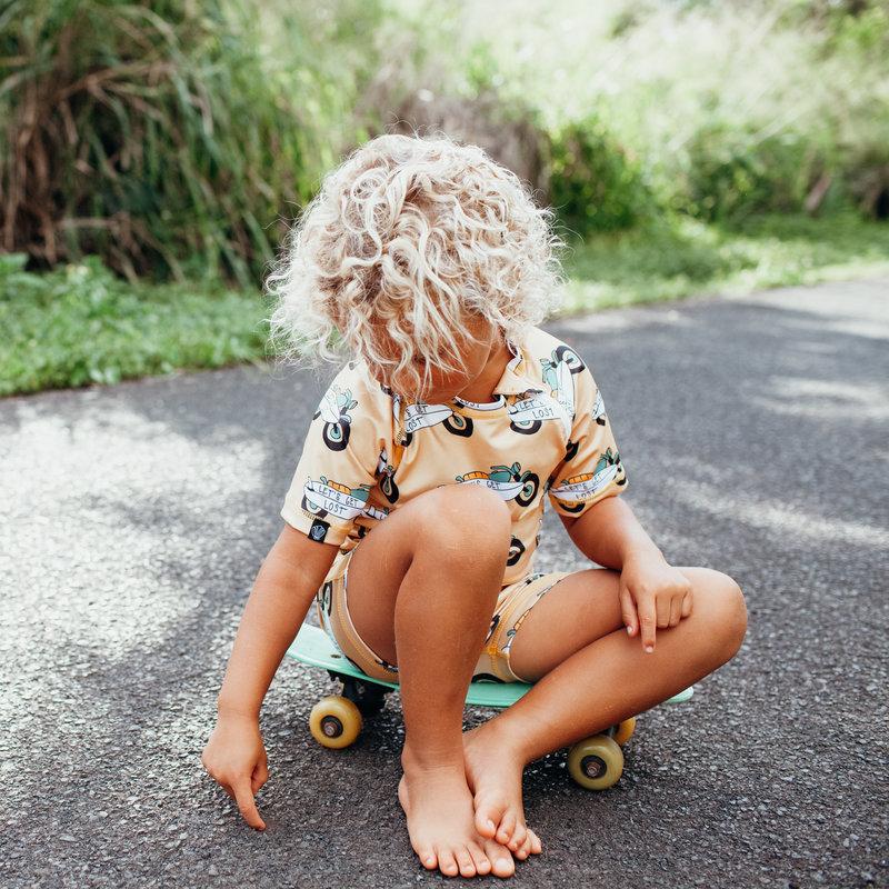 Beach & Bandits UV Zwemshirt Korte Mouw Kinderen Jongens - Let's get Lost - Motor met Surfbord