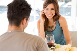 Rechtsdragende mannen flirten beter