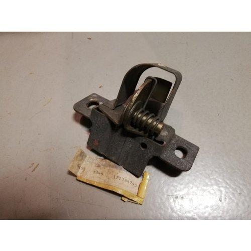 Motorkapsluiting slotvanger 1213847-5 NOS Volvo 240, 260