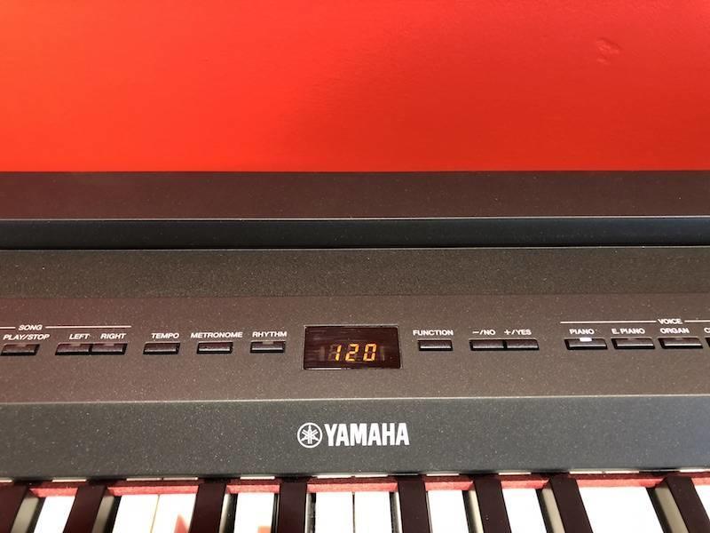 Yamaha P255 met meubel