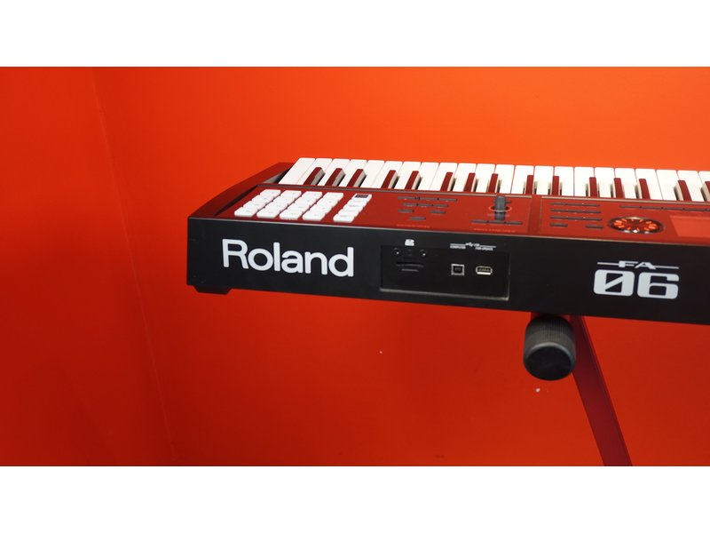 ROLAND FA06 (jong gebruikt)
