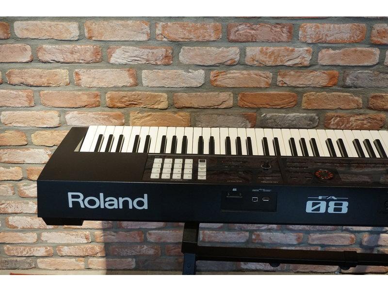 ROLAND FA08 (jong gebruikt)